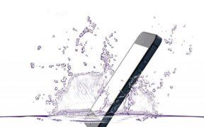 Comment réparer un smartphone tombé dans l'eau ?